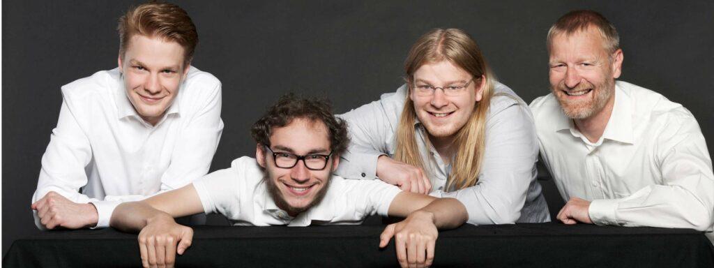 01-Familienfoto-Gruppenfoto-Fotostudio-Juenger-Portrait-Fotoshooting